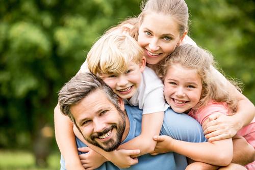 Glckliche Familie und Kinder im Garten
